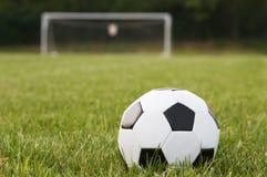 Una bola y una meta de fútbol imagen de archivo libre de regalías