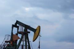 Una bomba del pozo de petróleo en el eletovci del  de Ä, Croacia Pumpjack CR2 Imagen de archivo