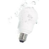 Una bombilla ahorro de energía que cae en el agua Imagen de archivo
