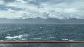 Una bonita vista en el océano y la costa de Nueva Zelanda con agua áspera en el frente metrajes