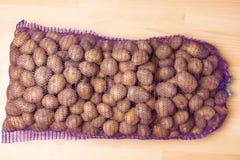 Una borsa delle patate crude e sporche fotografia stock libera da diritti