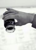 Una botella de aceite pesado en mano de los worker's Fotos de archivo libres de regalías