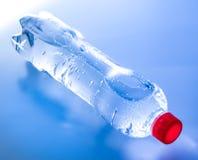 Una botella de agua mineral en sombras azules Vista lateral superior imagenes de archivo