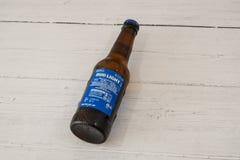 Una botella de Bud Light calificó a Lager Beer en botella de cristal reciclable y la etiqueta posterior que exhibían símbolos imagenes de archivo