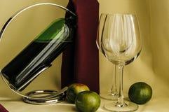 Una botella de copas de vino y de fruta Fotos de archivo
