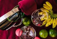 Una botella de copas de vino y de fruta Foto de archivo libre de regalías