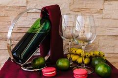 Una botella de copas de vino y de fruta Fotografía de archivo
