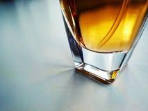 Una botella de cristal del agua de retrete en blanco imagen de archivo