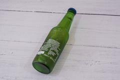 Una botella de Heineken Lager Beer calificado sin alcohol imágenes de archivo libres de regalías