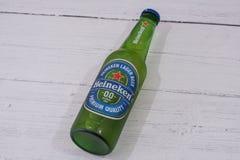 Una botella de Heineken Lager Beer calificado sin alcohol fotos de archivo