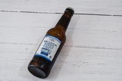 Una botella de Michelob ultra calificó a Lager Beer en botella de cristal reciclable conforme a iniciativas BRITÁNICAS actuales fotografía de archivo libre de regalías