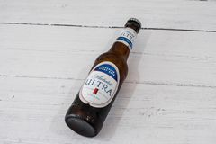 Una botella de Michelob ultra calificó a Lager Beer en botella de cristal reciclable conforme a iniciativas BRITÁNICAS actuales imágenes de archivo libres de regalías
