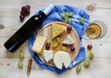 Una botella de vino, de queso y de uvas Fotos de archivo libres de regalías