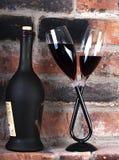 Una botella de vino y de dos vidrios Foto de archivo