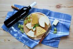 Una botella de vino y de queso Imágenes de archivo libres de regalías