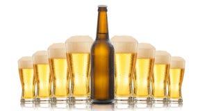Una botella y vidrios de cerveza foto de archivo libre de regalías