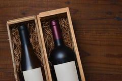 Una bottiglia del vino di Cabernet Sauvignon e di Chardonnay in contenitori di regalo di legno fotografia stock libera da diritti