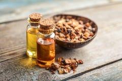 Una bottiglia dell'olio essenziale della mirra immagini stock libere da diritti