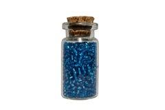 Una bottiglia delle perle blu Immagini Stock