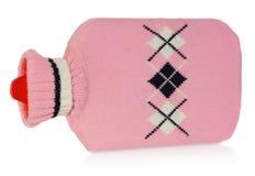 Una bottiglia di acqua calda in maglione rosa con i modelli bianchi e neri Fotografie Stock Libere da Diritti