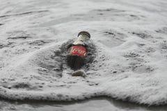 Una bottiglia di Coca-Cola nell'acqua ghiacciata Immagini Stock