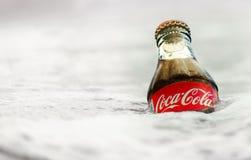Una bottiglia di Coca-Cola nell'acqua ghiacciata Fotografia Stock Libera da Diritti