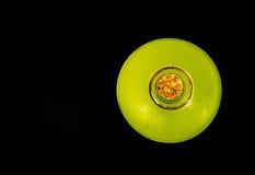Una bottiglia di limonata dalla cima su fondo nero Fotografia Stock