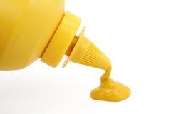 Una bottiglia di senape gialla Immagini Stock