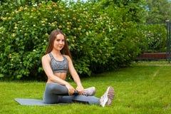 Una bruna che fa esercizio di sport Fotografia Stock
