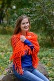 Una bufanda calienta a la mujer joven imagen de archivo
