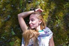 Una bugia della ragazza sul muschio della foresta Fotografia Stock Libera da Diritti