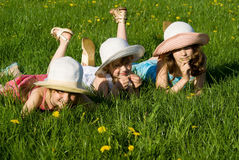 Una bugia delle tre ragazze nell'erba Fotografia Stock Libera da Diritti