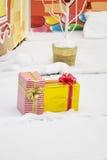 Una bugia di due regali di festa nella neve Fotografia Stock