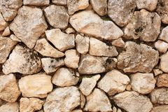 Una buona struttura della parete di pietra rustica in campagna fotografie stock