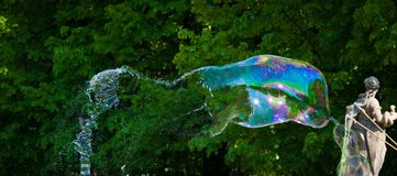 Una burbuja de jabón grande cogida momentos antes de la rotura fotos de archivo libres de regalías