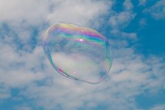 Una burbuja de jabón que flota a través del cielo foto de archivo libre de regalías