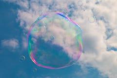 Una burbuja de jabón que flota a través del cielo Fotografía de archivo libre de regalías