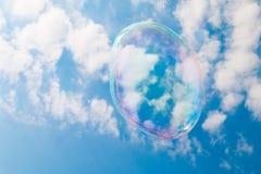Una burbuja de jabón que flota a través del cielo Fotos de archivo libres de regalías