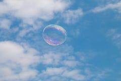 Una burbuja de jabón que flota a través del cielo imagen de archivo libre de regalías