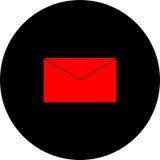 Una busta rossa della posta su un fondo nero Immagini Stock Libere da Diritti
