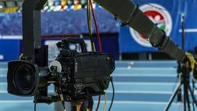 Una cámara de televisión en una grúa fuera del estudio La cámara de vídeo que cuelga en la grúa se prepara imágenes de archivo libres de regalías