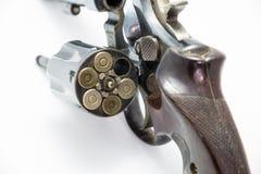 Una cámara del revólver de la arma de mano está abierta mostrando a munición del arma de la munición el arma personal Imágenes de archivo libres de regalías