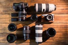 Una cámara del vintage con el casquillo retro del renacimiento y de lente Imágenes de archivo libres de regalías