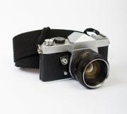 Una cámara vieja en ángulo con una correa Fotografía de archivo