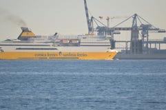 Una Córcega balsea los transbordadores de Cerdeña envía en el mar Mediterráneo imagenes de archivo