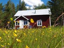 Una cabaña de fuera de la ciudad está en el país Imagenes de archivo