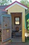 Una cabaña de madera abierta del retrete con las tallas asteroides en la puerta fotografía de archivo libre de regalías