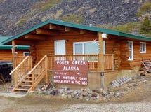 Una cabaña de madera en la cumbre del top de la carretera del mundo Imagen de archivo libre de regalías