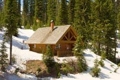 Una cabaña de madera usada para las emergencias en una cumbre en las montañas rocosas Fotografía de archivo libre de regalías