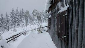 Una cabaña en las montañas foto de archivo libre de regalías